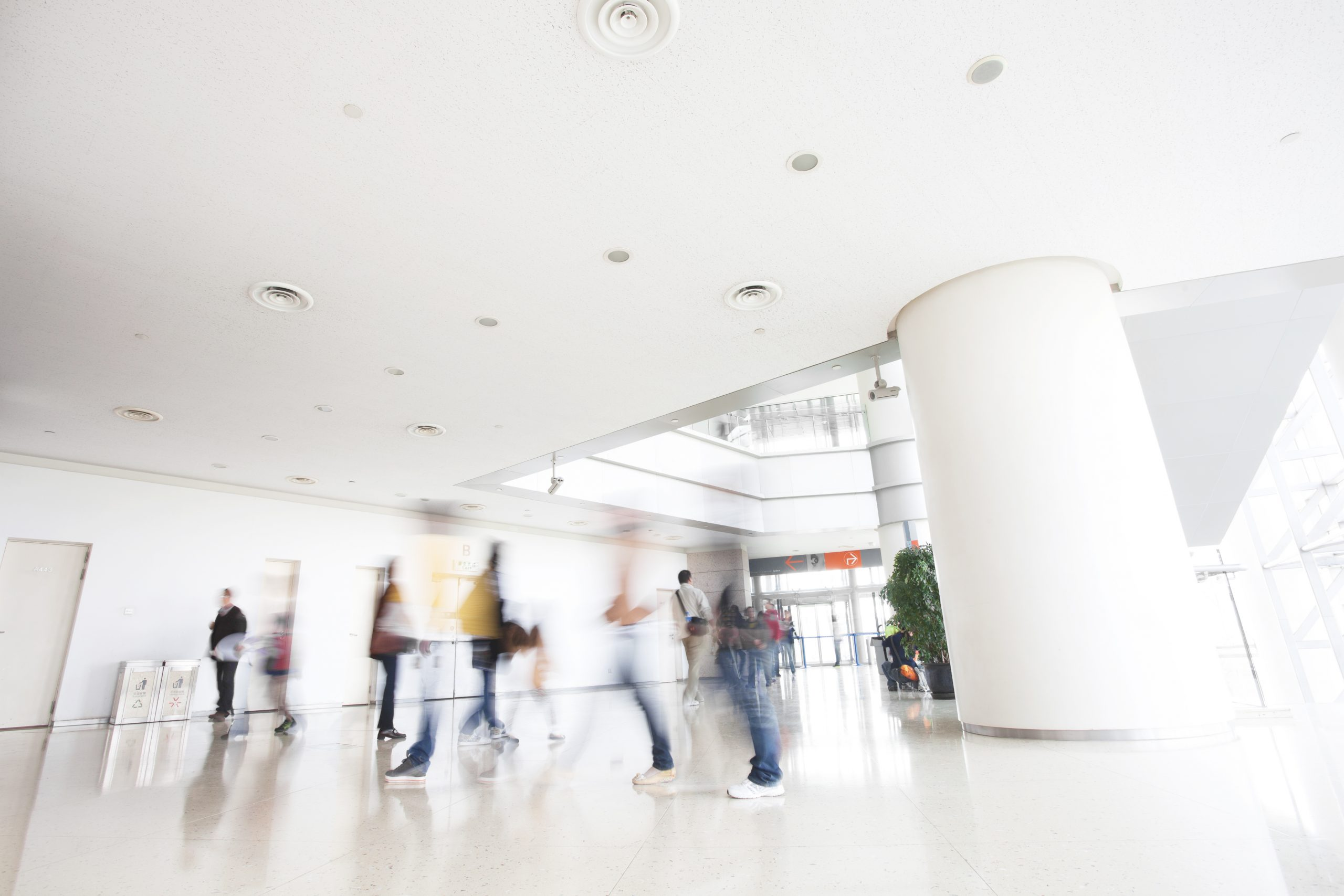 Folk i bevegelse i moderne bygninger