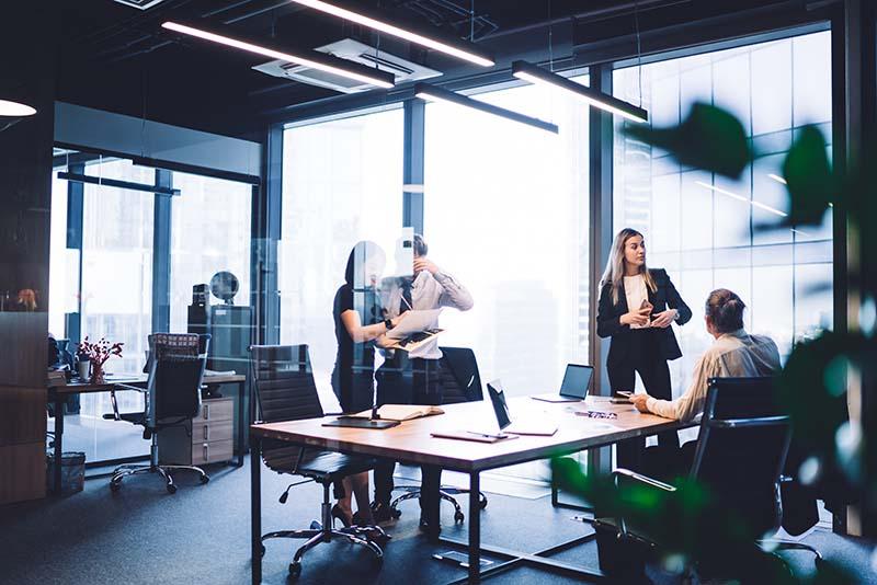 kontorlandskap med kollegaer i aktivitet
