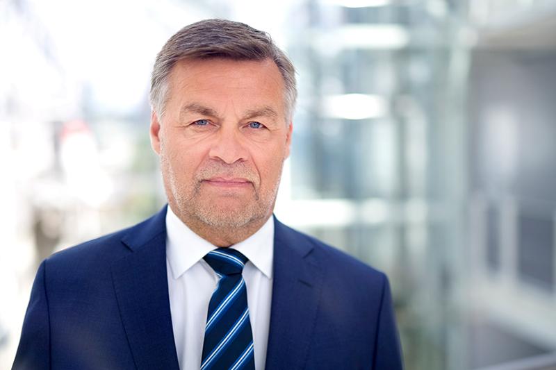Profilbilde Jan Petter Halvorsen Mørk dress, hvit skjorte og stripete slips