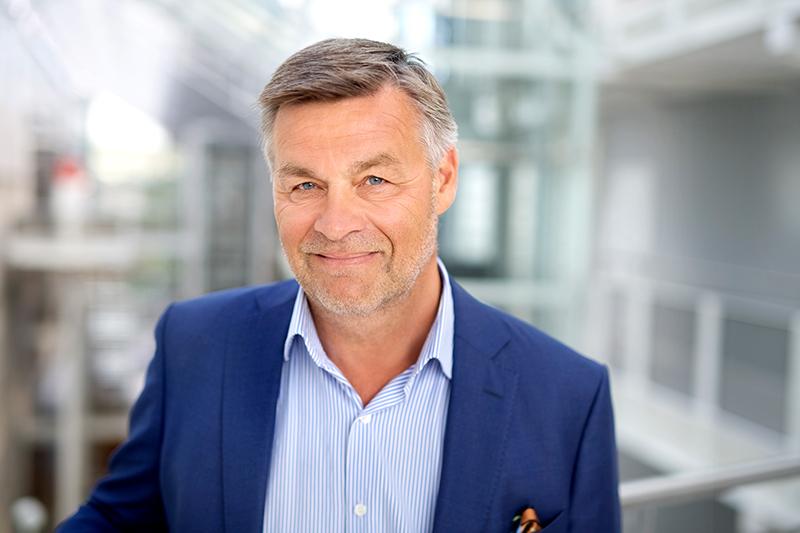Profilbilde - Jan Petter Halvorsen Mørk dressjakke mot lys bakgrunn
