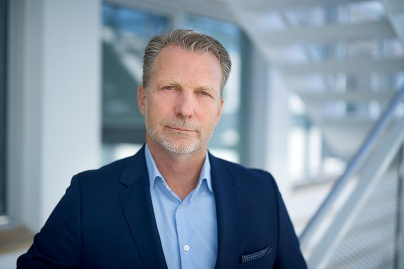 Profilbilde - Jan Petter Narvesen  Mørk dressjakke mot lys bakgrunn