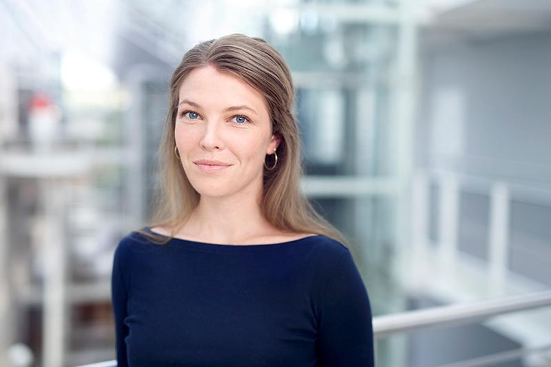 Profilbilde Marie Victoria Ødegaard Mørk blå genser mot lys bakgrunn